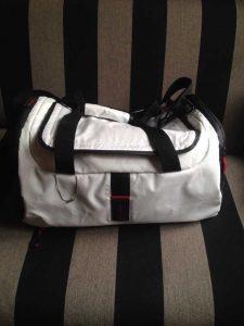 Ein weißer Rucksack mit Rollen von Samsonite.